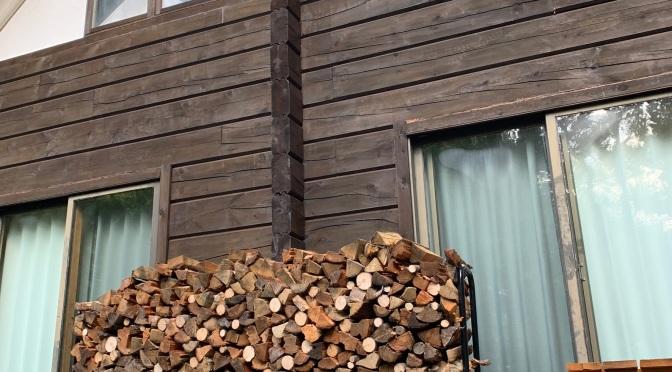 薪棚に薪が満載!ログハウスせせらぎ