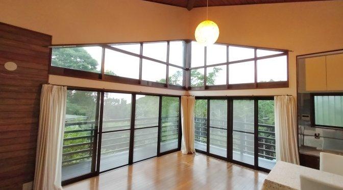 大きな窓はカーテンが高い!コテージそらまど準備中。まさかの側溝の蓋17枚購入?